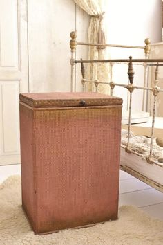 OUD ENGELS WASMAND ROZE / LAUNDRY BASKET LLOYD LOOM OLD PINK  SOLD