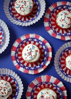Independence day cupcakes decorated with a Fourth of July theme with a simply lovely style. See our Independence day Cupcakes Decorating collection Ideas. Fun Holiday Desserts, 4th Of July Desserts, Summer Desserts, Holiday Cakes, Summer Recipes, Holiday Ideas, 4th July Cupcakes, Blue Cupcakes, Patriotic Cupcakes