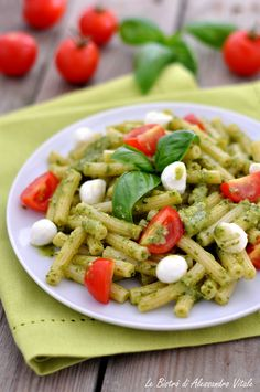 Pasta fredda alla caprese e pesto #estate #ricetta #ricette #cucina #ideeincucina #ispirazione #pasta Caprese Salad Recipe, Pasta Salad Recipes, Italian Dishes, Italian Recipes, Pasta Al Pesto, Confort Food, Light Recipes, Food Porn, Food And Drink
