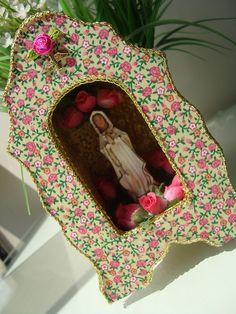 Inspirada nos Oratórios Portugueses do sec XIX! Mexican Crafts, Mexican Art, Santa Miriam, Faith Crafts, South American Art, Mosaic Flowers, Arts And Crafts, Diy Crafts, Arte Popular