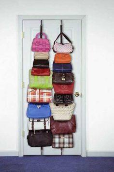 Ideas prácticas para guardar y tener organizados los bolsos en casa.