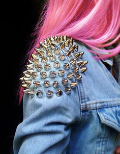 Denim con parches y de estilo DIY. Saca tu lado más punk. Estamos verdaderamente in love de la Trippin Jacket de UNIF. Puedes encontrar un montón de chalecos customizados en las secciones vintage de Etsy, Asos o Nasty Gal. Leer más: http://blogginginthewind.com/2014/05/09/vistete-de-color-para-la-primavera-verano-de-2014/