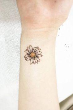 Feminie Small Tiny Watercolor Daisy Wrist Tattoo Ideas for Women - ideas de acu. - Feminie Small Tiny Watercolor Daisy Wrist Tattoo Ideas for Women – ideas de acuarela tatuaje de - Small Daisy Tattoo, Delicate Flower Tattoo, Daisy Flower Tattoos, Sunflower Tattoo Small, Sunflower Tattoos, Flower Tattoo Designs, Daisies Tattoo, Wrist Tattoos For Women, Small Wrist Tattoos