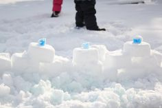 Make snow bricks with a tupperware container