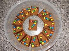 smarties (oid) met chocopasta plakken op ontbijtkoek (bijv. een cijfer)