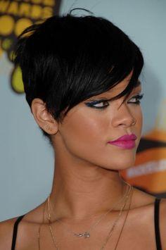 Capelli-corti-taglio-Rihanna_oggetto_editoriale_720x600.jpg (398×600)