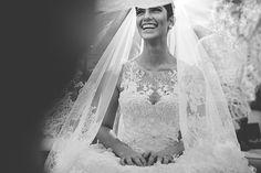 Vestido de noiva clássico - renda rebordada e saia volumosa ( Vestido: Wanda Borges | Foto: Nelson Neto )