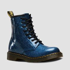 Doc Martens have been in style for almost 60 years, discover what made them so popular. We also discuss how to wear them in style! Doc Martens Stil, Style Doc Martens, White Doc Martens, Doc Martens Outfit, Doc Martens Boots, Lace Up Boots, Ankle Boots, Combat Boots, Shoe Boots