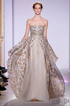 Zuhair Murad - Haute couture - Photos officielles, P-É 2013 - http://www.flip-zone.com/fashion/couture-1/fashion-houses/zuhair-murad-3366 - Longue robe empire organza gris, broderies baroques en fils or.