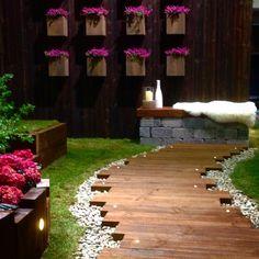 Sjekk den kule gangbanen av #møreroyal jernbanesviller med innfelt Fusion lys fra @asak_miljostein På veggen har vi laget enkle blomsterkasser av #møreroyalgrå mot setersvart vegg. Hvem sa at veggen trenger å være kjedelig? #hage #hageglede #hagen #uterom #uterommet #jernbanesviller #utelys #hageinspirasjon #outdoorlife #garden