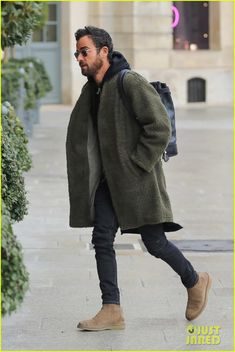 justin theroux heads out in paris 02 Mature Mens Fashion, Old Man Fashion, Suit Fashion, Winter Fashion, Justin Theroux, Look Street Style, Street Style Women, Chelsea Boots Outfit, Sharp Dressed Man