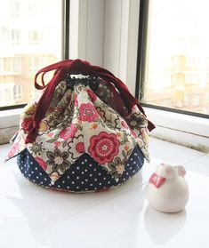 How to Make a Patchwork Drawstring Bag DIY Tutorial Ideas Step-by-Step Drawstring Bag Pattern, Drawstring Bag Tutorials, Drawstring Bags, Patchwork Bags, Quilted Bag, How To Make A Gift Bag, Shabby Chic Stil, Origami Bag, Japanese Bag