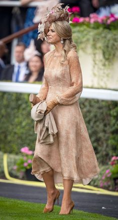 June 2019 Donning her favorite go-to accessory, the queen dazzled at the Royal Ascot in a big hat covered in a full bouquet of flowers. She matched all accessories — including her pumps and clutch — to her beige chiffon dress. Dress Outfits, Cool Outfits, Casual Outfits, Fashion Dresses, Ascot Dresses, Ascot Outfits, Royal Dutch, Anna Wintour, Red Frock