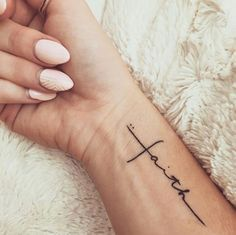 81 Small Meaningful Tattoos for Women Permanent and Temporary Tattoo Designs 81 petits tatouages ​​significatifs pour les femmes Mini Tattoos, Trendy Tattoos, Popular Tattoos, New Tattoos, Faith Tattoos, Tatoos, Faith Tattoo On Wrist, Wrist Tattoos Quotes, Ladies Tattoos