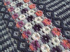 HUOM! Muutin aikataulua lyhyemmäksi ja tiiviimmäksi! Tule myymään, ostamaan tai vaihtamaan! Halukkaat myyjät ottakaa yhteyttä... Weaving Projects, Weaving Art, Hand Weaving, Fabric Yarn, Woven Fabric, Swedish Weaving, Fabric Manipulation, Recycled Fabric, Weaving Techniques