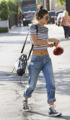 4. For a super casual look, pair your boyfriend jeans with sneakers and a cute crop top. Perfect for summer! how to wear boyfriend jeans