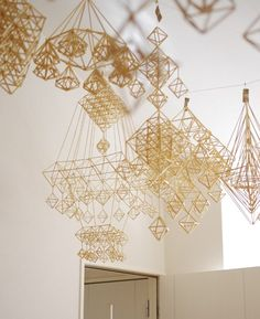 Himmeli sculptures are little geometric mobiles that are made as Finnish Christmas ornaments Diy And Crafts, Arts And Crafts, Deco Restaurant, Turbulence Deco, Deco Originale, Kinetic Art, Art Education, Wind Chimes, Creations