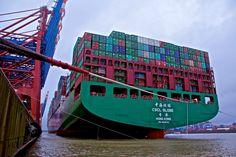 DIE CSCL Globe. Im Januar 2015 noch das größte Containerschiff der Welt. Hier am Eurogate 1