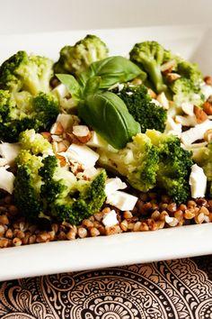 Uwielbiam sałatki bez sałaty, brokuły i kaszę gryczaną, więc domyślacie się pewnie, że ta sałatka należy do moich ulubionych ;) Moim zdaniem…