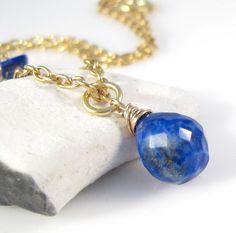 Halskæde med vedhæng af facetslebet lapis lazuli