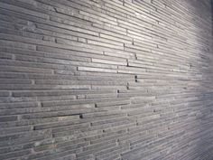 Skifer stavmosaikk til vegg. Perfekt til for eksempel brannmur. Hardwood Floors, Flooring, Garage Doors, Nun, Outdoor Decor, Home Decor, Wood Floor Tiles, Wood Flooring, Decoration Home