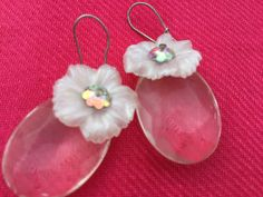 1970's Pretty Plastic White Flower drop earrings by VINTAGEwithaSMILE on Etsy