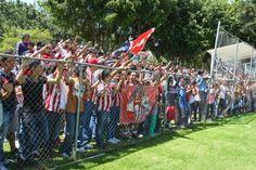SE DESBORDA AFICIÓN POR CHIVAS Una multitud de personas se acercaron a las instalaciones de Verde Valle para observar la práctica del Guadalajara. Más de dos mil aficionados aprovecharon el día de asueto este Jueves Santo, y aceptaron la invitación de la Directiva para apoyar al equipo, días previos al Clásico Tapatío.