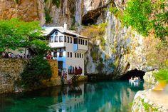 Bosna Hersek-teki Blagaj Kasabası-nda bulunan, dervişler için inşa edilmiş Blagaj Tekkesi-nin içinde bir şeyler içerek Buna Nehri-nin berrak sularını izlemek mümkün.