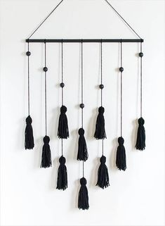DIY Modern Tassel Wall Hanging diy decor tutorials DIY Modern Tassel Wall Hanging - Homey Oh My Yarn Wall Art, Yarn Wall Hanging, Diy Wall Art, Diy Wall Decor, Diy Hanging, Wall Hangings, Diy Tassel, Tassels, Diy Para A Casa