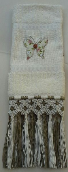 Delicada toalha com aplicação de borboletas em patchwork feito à mão e acabamento em macramé. Última tendência vintage.