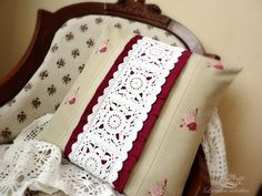 Vintage is a fascinating word. This word came to us from France. Vintage (Vintage), translated into Crochet Home, Knit Crochet, Vintage Pillows, Free Pattern, Crochet Patterns, Crafty, Blanket, Knitting, Design
