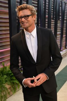 And of course my FAV! Simon Baker was all smiles on the red carpet at the Vanity Fair Oscars party.