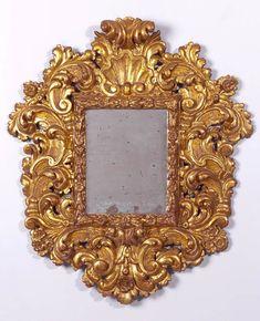 Trabajo español pps. del S. XVIII Espejo barroco de madera tallada, estucada y dorada.