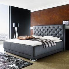 Cikkszám: 1123-10-4000 A PISA kárpitozott ágy kiváló minőségű anyagokból készült, ezáltal biztosított, hogy hosszú éveken át gyönyörködhetsz majd pazar megjelenésében. Rendkívül kényelemes, több méretben és színben rendelhető. Dobja fel hálószobáját és teremtsen stílusos és kényelmes környezetet!