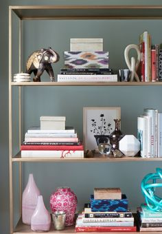 how to make your bookcase look amazing living room home decor rh pinterest com