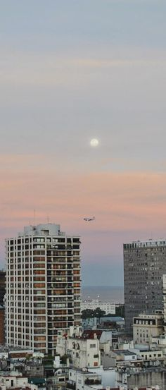El atardecer y la luna  #atardecer #luna #ciudad #skyline #buenosaires #superluna #avion #pasajero #panorama #urbano #horizonte #rio #moon #vista #silueta #colores #naranja #cielo #mirandabosch