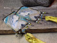 Boucles d'oreille bohème,hippie~Indian dream~Pendentif artisanal portrait hindou,soie jaune et perle tchèque bleue : Boucles d'oreille par rare-et-sens