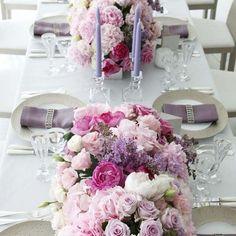 セント・ラファエロチャペル銀座の写真「ピンクとパープルを基調としたゲストテーブルコーディネート」