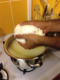 Herkes peynirini evde kendisi yapabilecek. Bu sayfayi incelediginiz zaman göreceksiniz ki peynir yapimi çok kolay. Içinde neler oldugunu bilmediginiz peynirleri yemek yerine kendi yaptiginiz mis gibi peyniri yemek istemez misiniz?