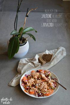 Insalata con salmone al vapore, olive verdi e arachidi tostate