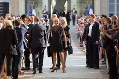 Brigitte Macron est ravissante en petite robe noire scintillante