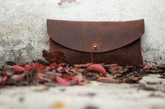 Cartera de mano de cuero. Bolso de cuero color teja (marrón rojizo). Cartera de cuero engrasado. Bolsos y carteras. Cuero plena flor. LB007. $87,00, via Etsy.