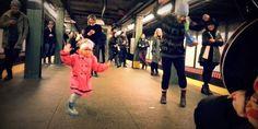 La danza, come la risata, è contagiosa. E resistere all'energia di  questa bambina dal cappotto rosa è impresa ardua, persino per il più ingessato dei pendolari. Succede a Williamsburg, uno dei quartieri più frizzanti di B...