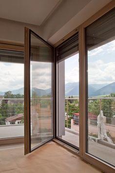 Výrobca úsporných okien a dverí Makrowin rastie doma aj v zahraničí Makrowin rozširuje výrobnú plochu na 900 m2  Významný slovenský výrobca drevených a dvevohliníkových okien a dverí, spoločnosť Makrowin, s. r. o., Detva plánuje počas najbližších 12 mesiacov rozšíriť výrobu a zvýšiť svoje kapacity. Doterajšia výrobná plocha sa zväčší dvojnásobne. Nové kapacity prinesú skrátenie dodacích lehôt zákazníkom a zvýšenie objemu výroby. Informoval o tom Dušan Majer, riaditeľ Makrowinu.