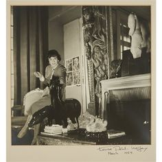 Photo Louise Dahl-Wolfe, Coco Chanel in her apartment. Chanel 19, Style Coco Chanel, Coco Chanel Fashion, Chanel Flats, Chanel Brand, Gabriel Chanel, Vintage Chanel, Retro Vintage, Mademoiselle Coco