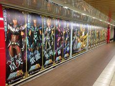 Painel em estação de trem no Japão na expectativa para estreia de Saint Seiya: Legend Of Sanctuary