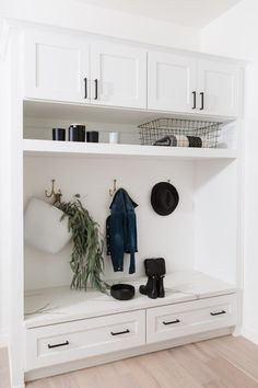 10 Pretty + Practical MudroomsBECKI OWENS - 10 Pretty + Practical MudroomsBECKI OWENS Today's post is for the dream home. We are sharing some of our favorite mudrooms, with ideas you might want to add to your own dream space. Flur Design, Mudroom Laundry Room, Bench Mudroom, Laundry Sorter, Interiores Design, Built Ins, Sweet Home, New Homes, House Design