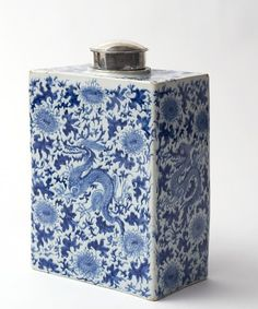 Exceptional Delft Blue Flask, ca.1700. I guess this was for a shelf. Try carting this all over.
