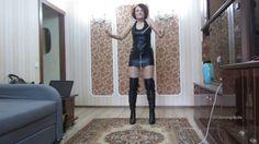Dancing-Butts: Tona tanzt in Stiefel + Wetlook-Kleid (dancing in overkne...