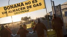 Activistas de Greenpeace se encadenan y paran las obras del almacén de gas en Doñana